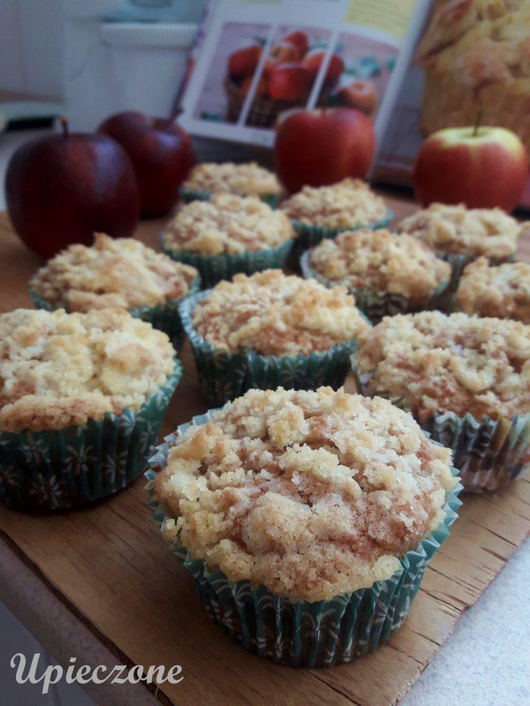 Wilgotne muffinki z jabłkiem i kruszonką