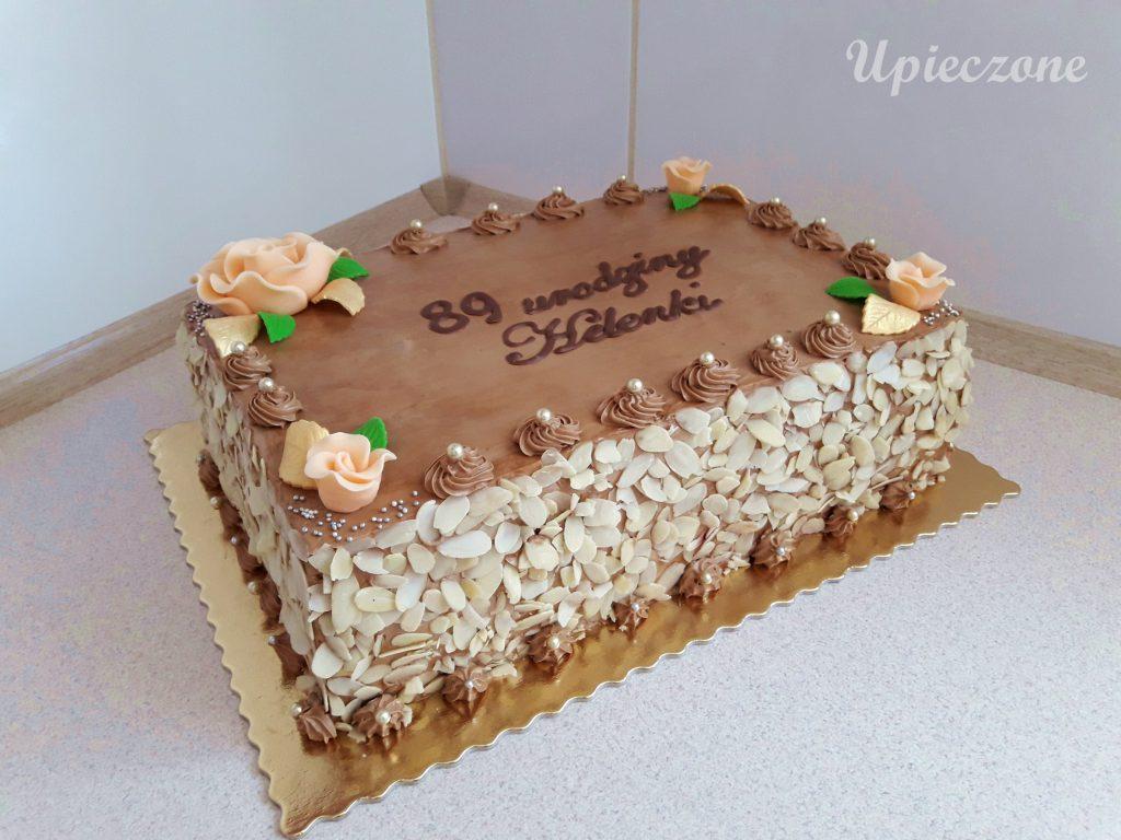 Tort czekoladowy z kremem maślanym i wiśniami