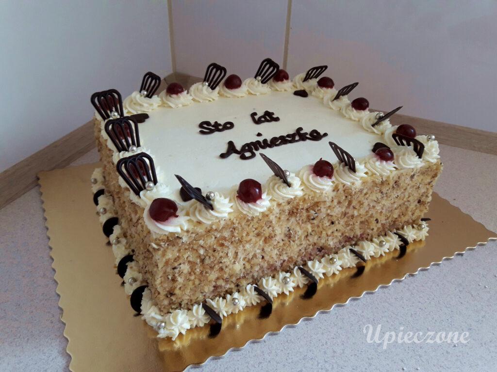 Tort z bitą śmietaną, biszkoptem kakaowym i wyśniami