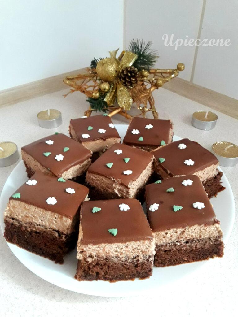 Ciasto z biszkoptem korzennym, kremem cynamonowym i polewą czekoladową